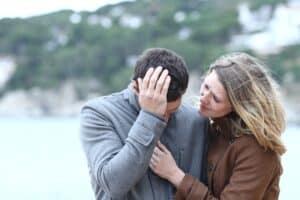 Hustru støtter mand efter opsigelse